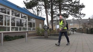 Photo of Leerkracht wandelt door de Noordkop, van school naar school