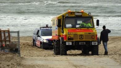 Photo of Marechaussee  voertuig 4×4 vast op strand