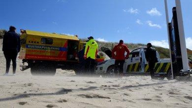 Photo of Terreinwagen Douane rijdt zich vast op het strand