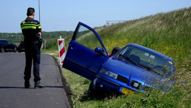Photo of Auto uit de bocht op de Lotweg