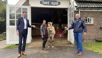 Photo of Lionsclub schenkt manege Noorderhaven paardenhoofdstellen