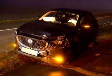 Photo of Auto wijkt uit voor tegenligger en ramt lichtmast