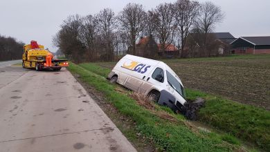 Photo of Bus vol pakketten in de sloot