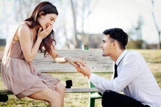 a man proposing to her girl friend