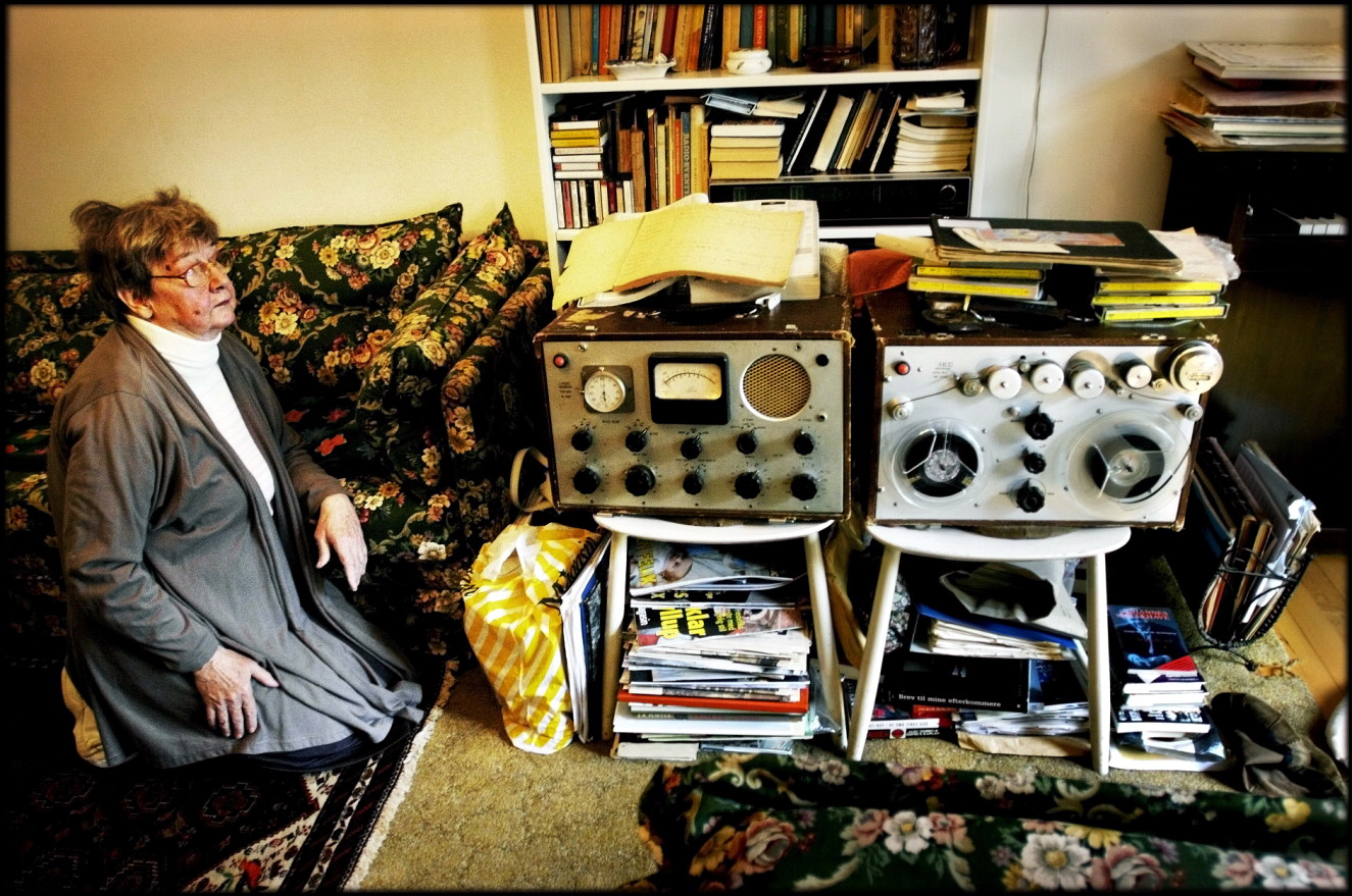 Else Marie Pade lavede elektronisk og konkret musik i 1950'erne. Samtiden rystede på hovedet, mens nutidens elektroniske musikere ser hende som deres bedstemor. Hun har været militant modstandskvinde og studeret hos Stockhausen. Selv siger hun, at hun lever i et eventyr og kæmper for det gode. Else Marie Pade med sin gamle båndoptager og tonegenerator.