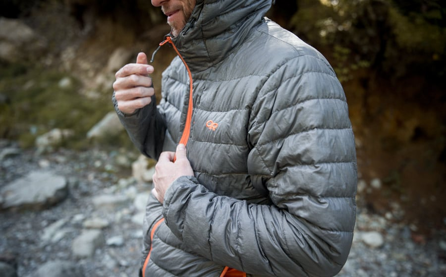 pejalan kaki mengenakan jaket midlayer yang bengkak