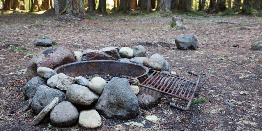 cincin api unggun di perkemahan yang ditentukan