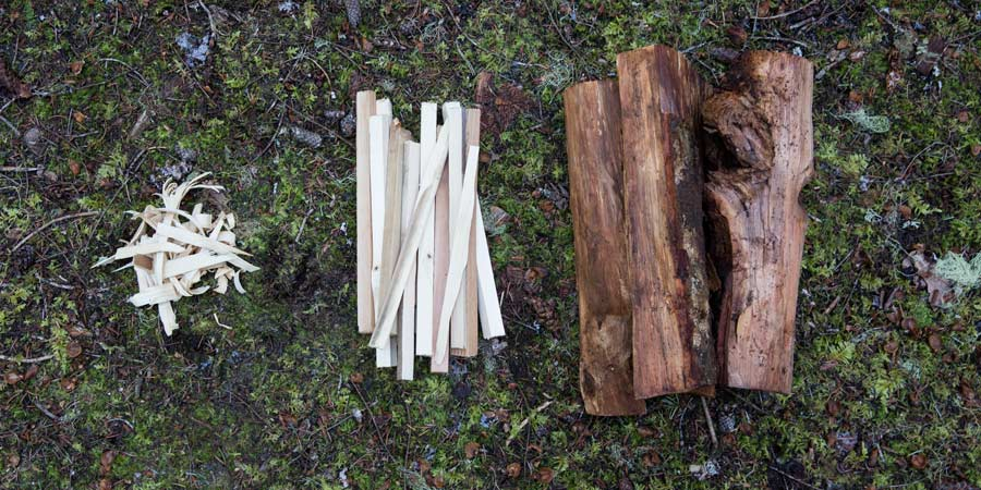 berbagai jenis bahan bakar api unggun: tinder, kindling, dan firewood