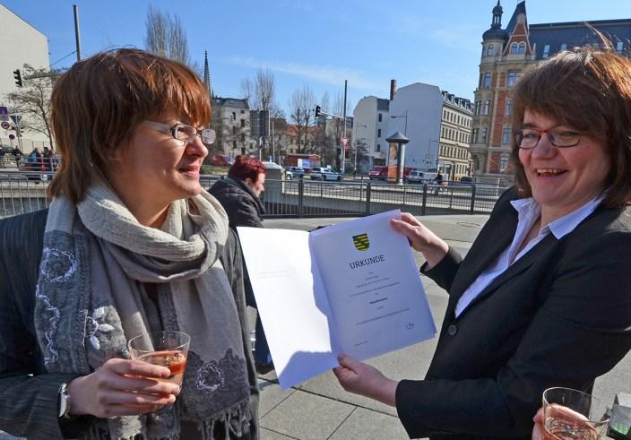 Carmen Grube (rechts) als Steuerberaterin vereidigt; mit Ina Grabisch (links)