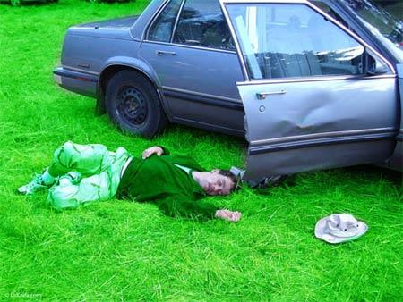 Bêbado chapado caído no chão