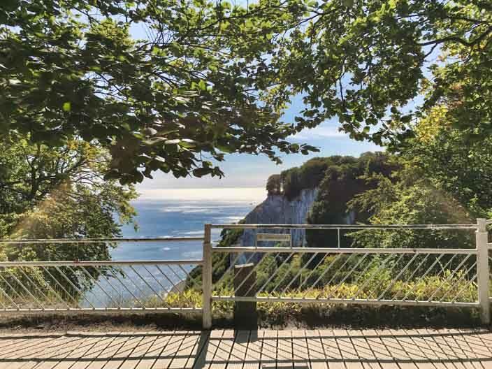 """Krijtrotsen Rügen: uitzicht vanaf het observatiedek Königsstuhl op de rotsen """"Victoria view"""""""