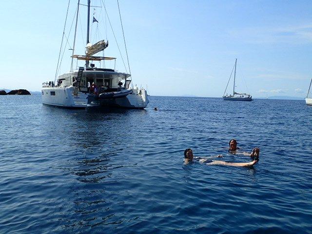 Zwemmen bij Kaap Sounion in de baai van de Tempel van Poseidon.
