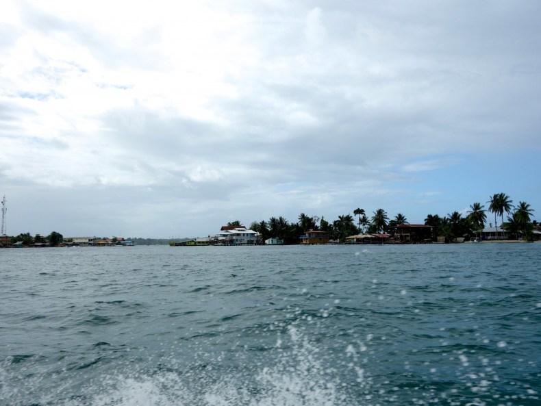 Weißes Kokosbrot, grüne Wellen und rote Latzhosen