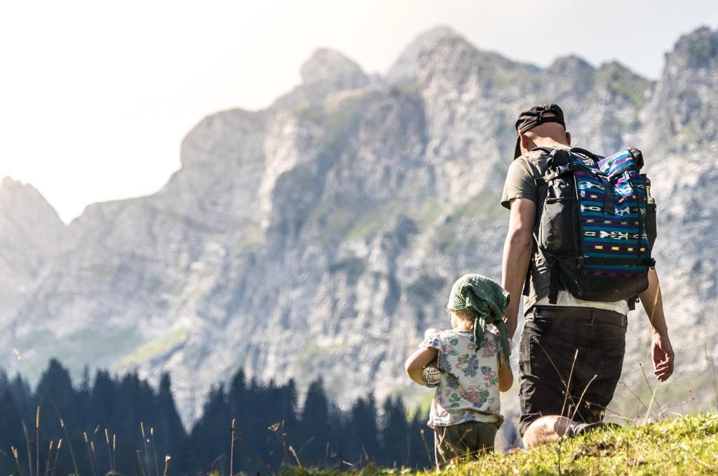 LIFE-for-FIVE-fernweh-Papa mit Tochter beim Bergwandern