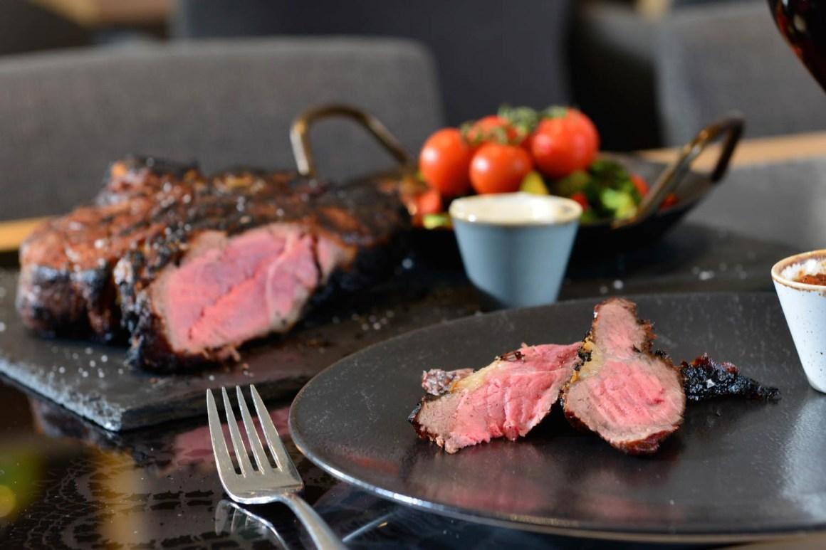 Unieke vleesbereidingen in het Almgrill-restaurant in Hotel Erb - München-Oost nabij het beursterrein van München.