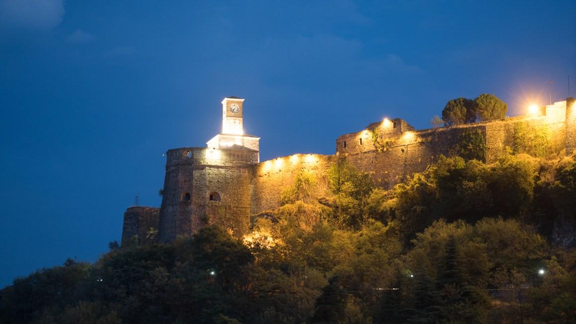Kasteel van Gjirokastra 's nachts