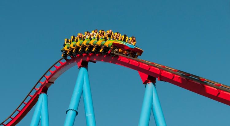 """Auf einer Achterbahn kommt im """"Rollercoaster-Restaurant"""" das Essen zu den Gästen. (F: Bigstockphoto.com/mpalis)"""