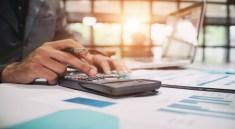 Der Preisvergleich ist nur einer von vielen zu beachtenden Punkten bei der Reiseversicherung. (F.: Bigstockphoto.com/Prathan)