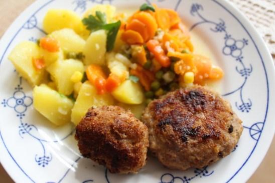 Hausmannskost mit Zwiebelmuster und Kartoffeln und Mischgemüse