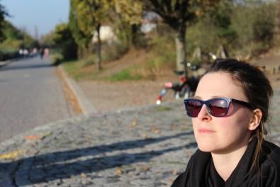 Abgrillen in Berlin Mauerpark, goldener November, Basketball, Sonnenstrahlen in Berlin, Sonnenbrille