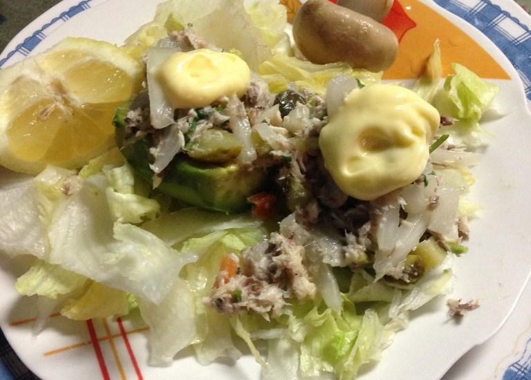Mit-Thunfisch-gefüllte-Avocado-auf-Eisbergsalat (768×1024)