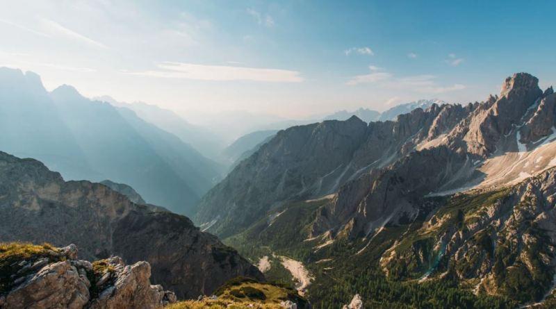 Massive Felsen in den Bergen mit blauem Himmel