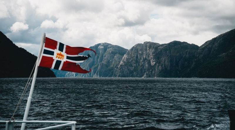 Norwegen Fjord mit Flagge