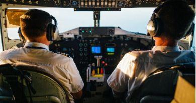 Blick in Cockpit mit Piloten