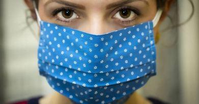 Frau mit Atemschutzmaske Corona