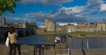 Das King John Castle in Limerick. Panorama Blick über einen Fluss.