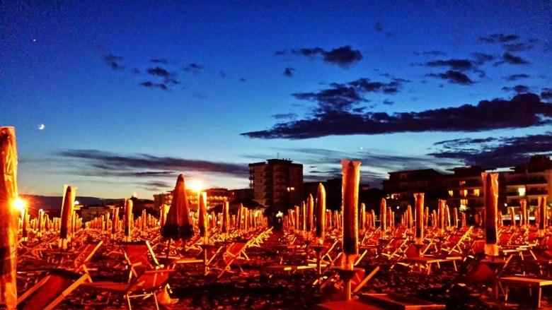 Fast schon mystisch: Leere Sonnenschirme am Strand von Bibione bei Abenddämmerung...
