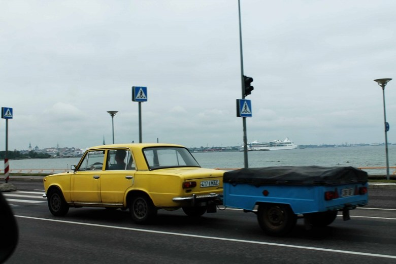 Immer weiter die Ostseepromenade entlang. Hier treffen moderne Schlitten auf alte sympathische Ladas.