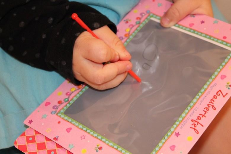 Sehr gute Entscheidung: Unserer Tochter schon während des Kofferpackens die Zaubertafel in die Hand drücken!