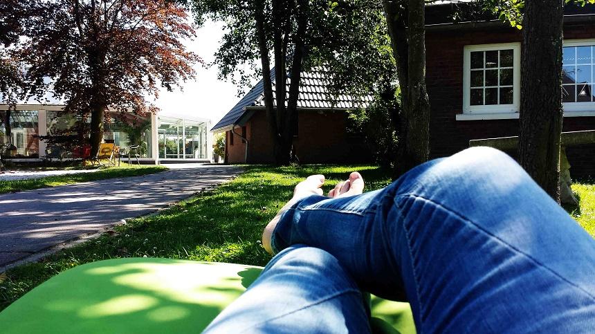 Auf den Wiesen finden sich überall gemütliche Liegen. So kann man entspannt den Nachwuchs auf dem Spielplatz (links vom Bild) im Blick behalten oder einfach nur in der Sonne dösen.