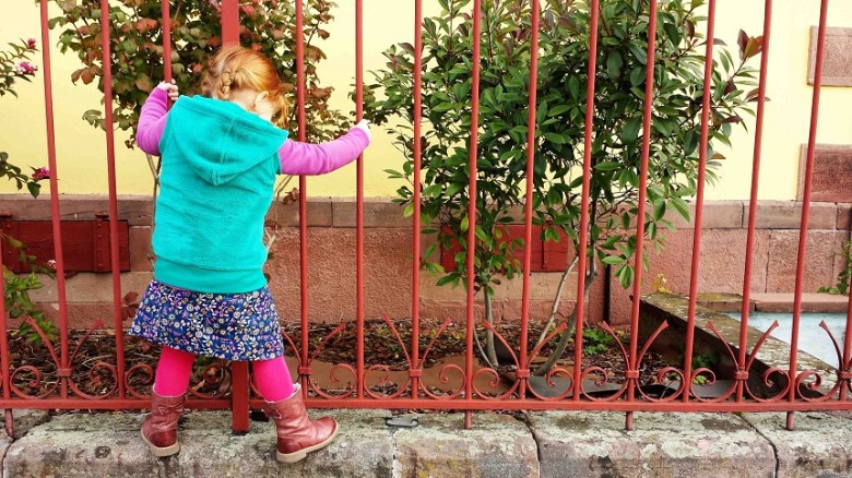 Auf der Mauer auf der Lauer läuft eine kleine Reisemaus...