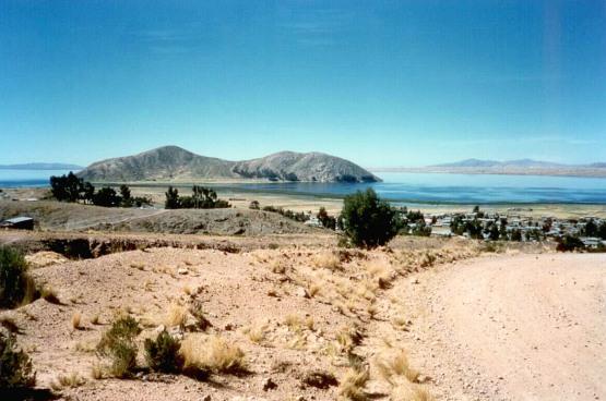 Blick von oberhalb Arapas auf eine Insel im Arapa-See, einem Nebensee des Titicaca-Sees