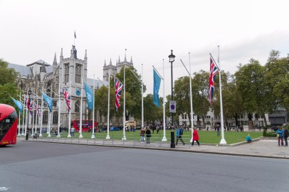 Fahnen vor dem Londoner Parlament