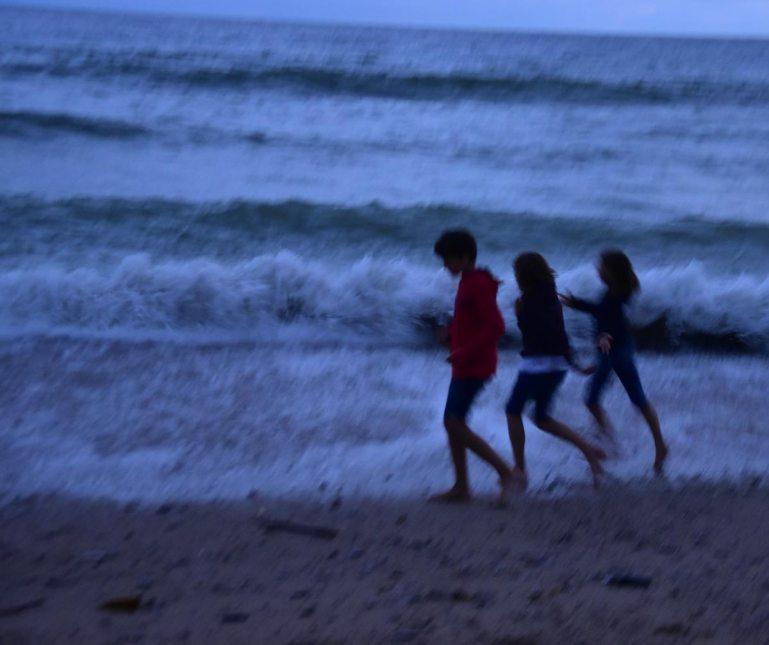 Kinder auf Nachwanderung in Cornwall
