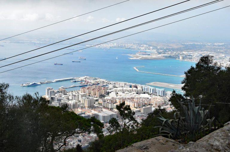 Schiffe warten vor der Meerenge von Gibraltar