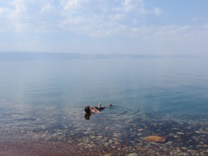 Treibenlassen im Toten Meer
