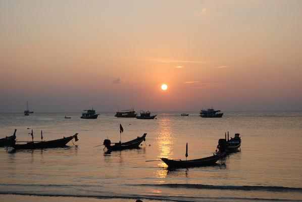 Solnedgang sett fra strandrestauranten Fizz (anbefales!) på Koh Tao.