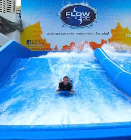 Det er deilig og gøy med en avkjølende dag med vannlek - midt i Bangkok!