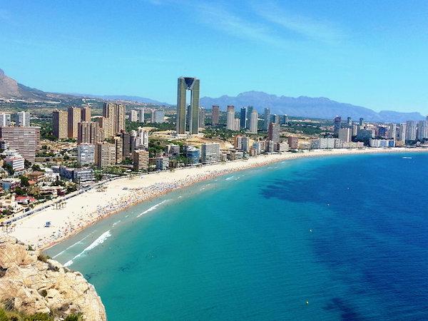Playa Poniente er med sin tre kilometer lange sandtrand Benidorms lengste.