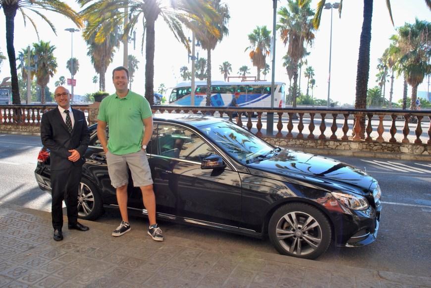 Privatsjåføren vår (t.v.) og daglig leder Marc Farré-Escofet hos Barcelona By Road (t.h.) hentet oss rett utenfor hotellet.
