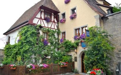 Som i de fleste andre populære turistbyer er det trangt i Rothenburgs hovedgater, mens du får de små sidegatene nærmest for deg selv.