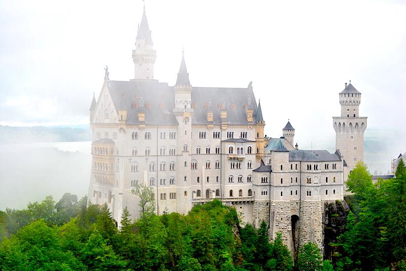 ... med ett lettet tåken, og slottet kom gradvis til syne foran oss.