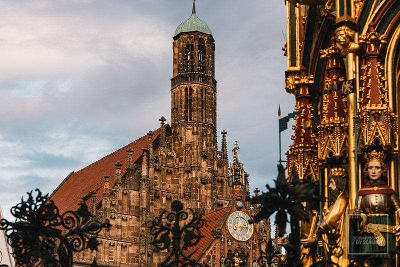 Nürnberg Sehenswürdigkeit Frauenkirche und Schöner Brunnen