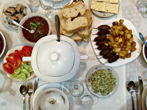 Georgien - Das typische georgische Festmahl - Essen - Reisen - Reisetipps