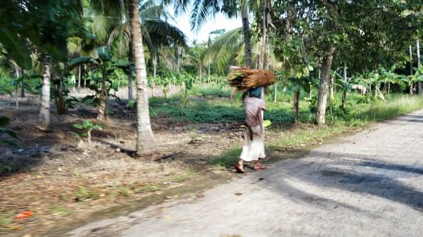 Rondreis Filipijnen: Siquijor vrouw platteland