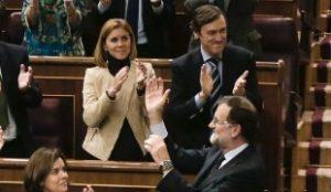GRA427. MADRID, 04/03/2016.- El presidente del PP, Mariano Rajoy (d) recibe el aplauso de los diputados de su formación, durante la sesión plenaria en la que se celebra la segunda votación de la investidura del candidato socialista Pedro Sánchez, hoy en el Congreso de los Diputados, tras la primera realizada el pasado miércoles. EFE/Javier Lizón